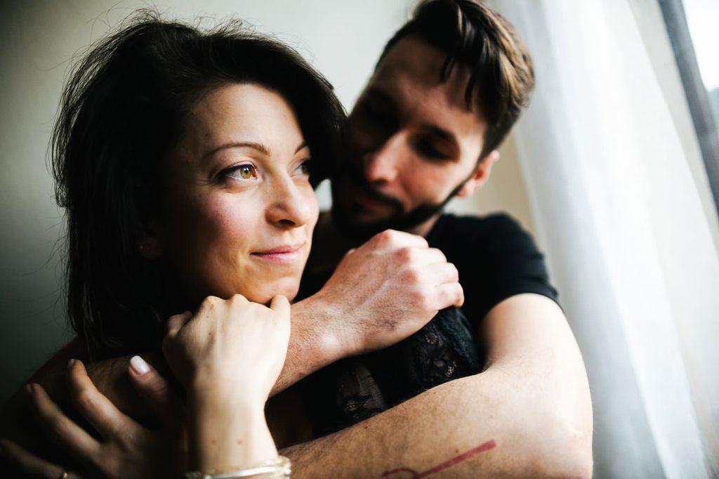 foto gravidanza coppia che si abbraccia