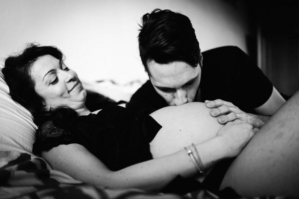 foto gravidanza papà che bacia il pancione