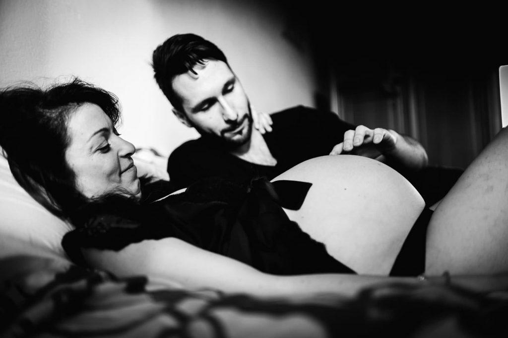 foto gravidanza papà gioca con la pancia della mamma
