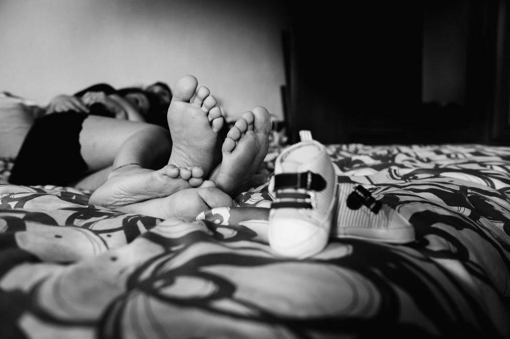 foto gravidanza primo piano dei piedi della coppia