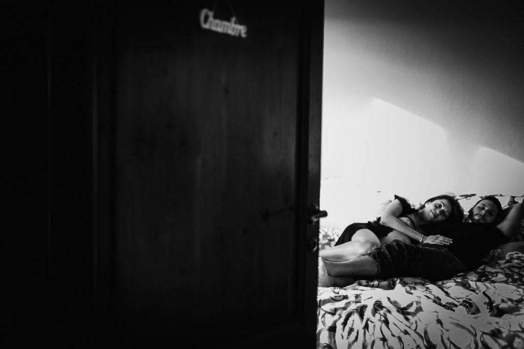 foto gravidanza coppia distesa sul letto