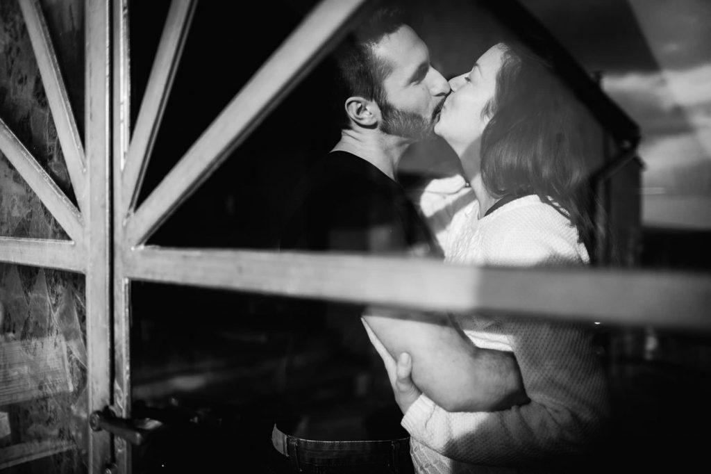foto gravidanza coppia che si bacia