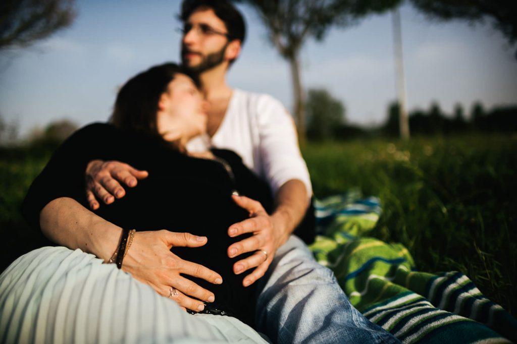 foto gravidanza all'aperto primo piano delle mani sul pancione