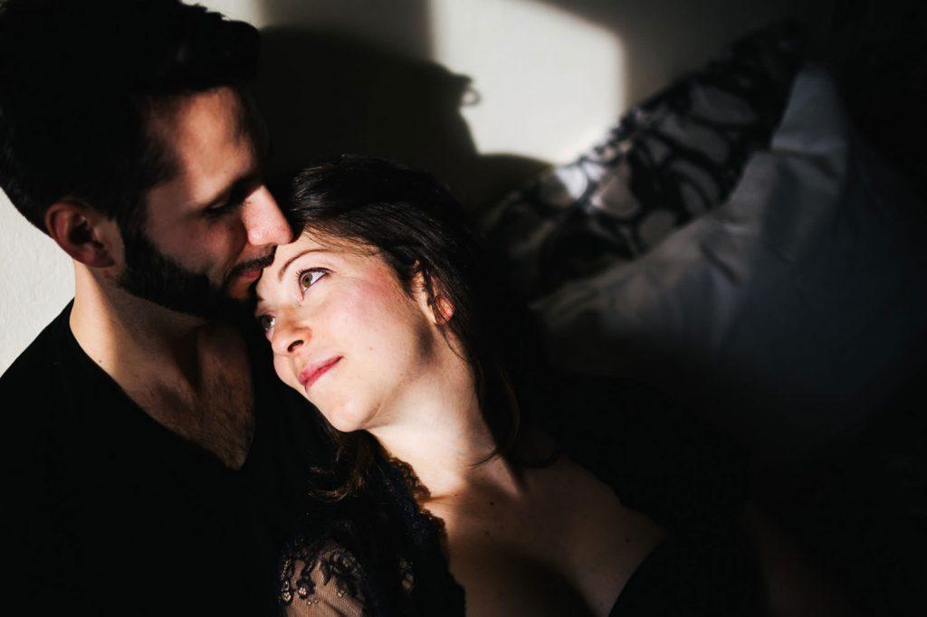 foto gravidanza primo piano della coppia che si guarda
