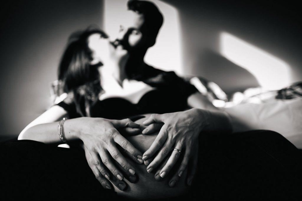 foto gravidanza mani sul pancione