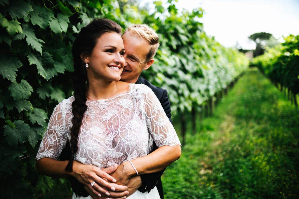abbraccio sposi foto matrimonio all'aperto firenze