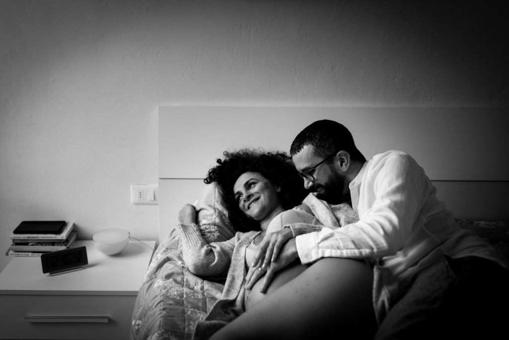 Pregnancy photographer in Florence: Pictures with the belly in the intimacy of your home
